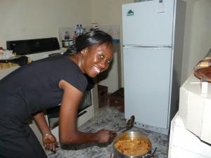 Caroline est au manettes dans la cuisine